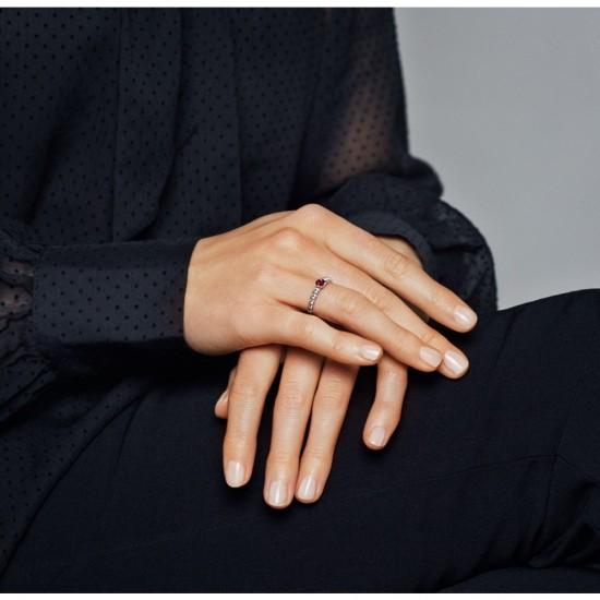 Korálikový prsteň so žiarivo červeným kameňom